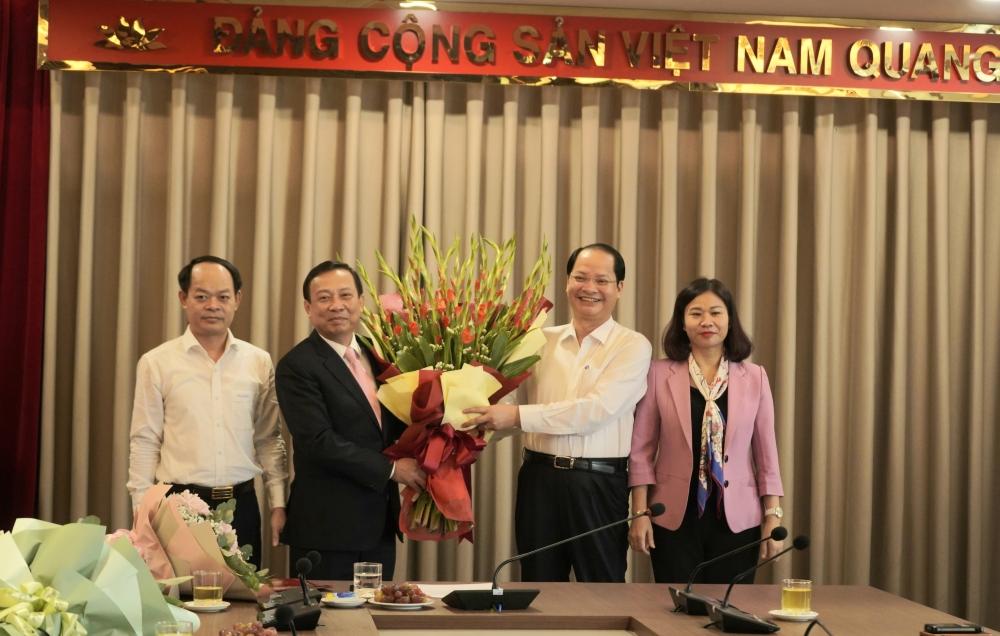 Phó Bí thư Thường trực Thành ủy Nguyễn Thị Tuyến trao các quyết định về công tác cán bộ