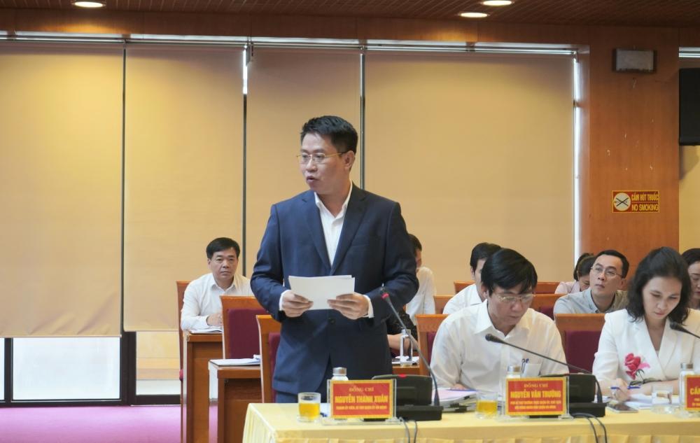 Bí thư Quận ủy Hà Đông Nguyễn Thanh Xuân báo cáo tại buổi làm việc