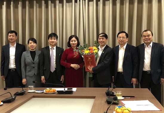 Trao quyết định nghỉ hưu cho đồng chí Nguyễn Đức Thành