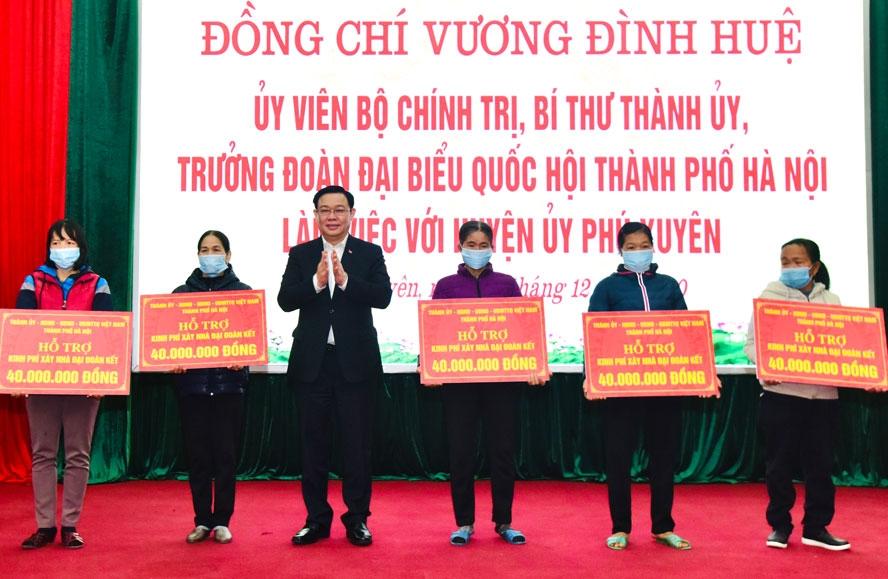 Bí thư Thành ủy Hà Nội tặng nhà Đại đoàn kết và thăm giáo dân, chúc mừng Giáng sinh