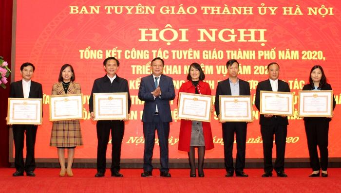 Phó Bí thư Thành ủy Nguyễn Văn Phong tặng Bằng khen của Ban Thường vụ Thành ủy cho các tập thể