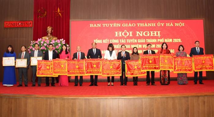 Phó Chủ tịch Ủy ban nhân dân thành phố Hà Nội Chử Xuân Dũng tặng Cờ thi đua và Bằng khen của Ủy ban nhân dân thành phố cho các tập thể