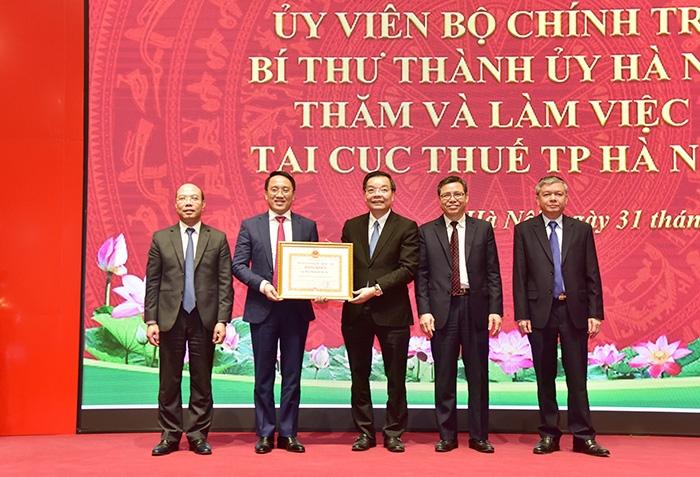 Chủ tịch Ủy ban nhân dân thành phố Hà Nội Chu Ngọc Anh trao Bằng khen cho Cục Thuế thành phố Hà Nội