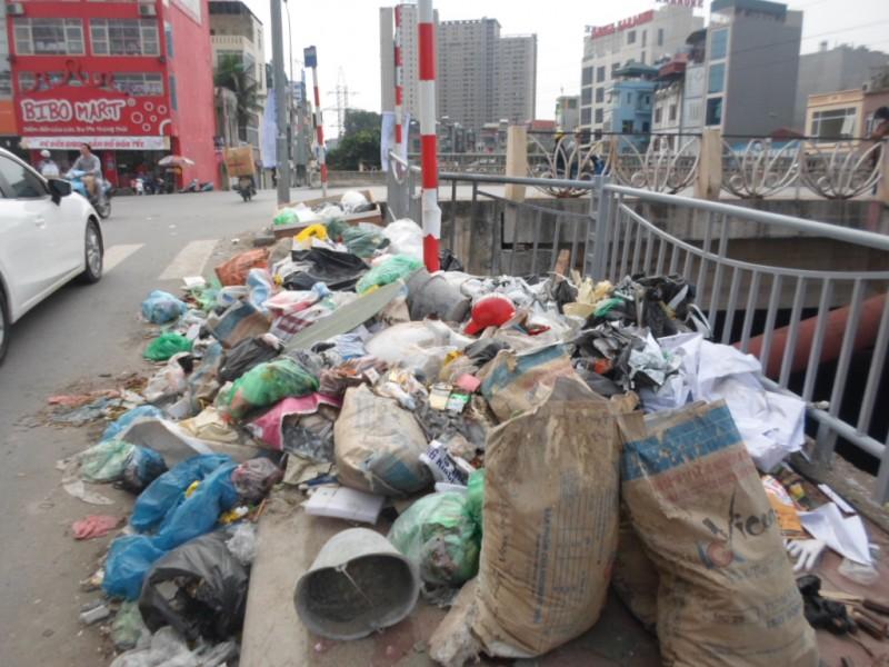 Bãi rác tự phát 'tấn công' đường mới ven sông Tô Lịch
