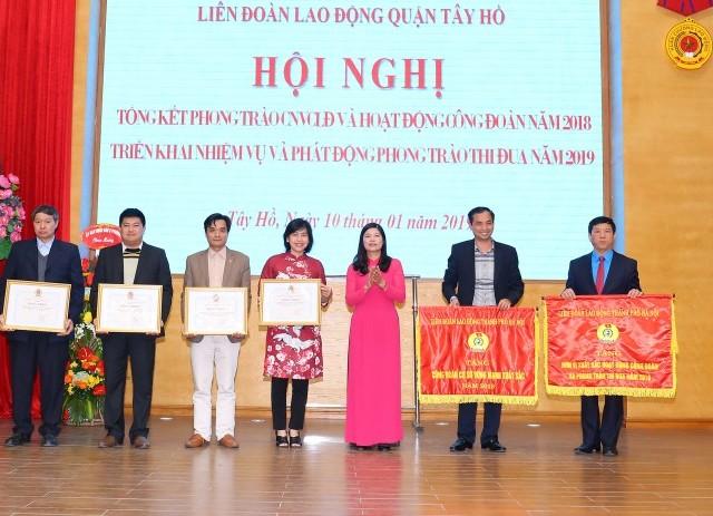 LĐLĐ quận Tây Hồ đón nhận Cờ thi đua xuất sắc năm 2018