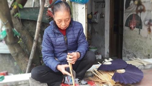 Lưu giữ nghề làm quạt giấy truyền thống Dân Hòa