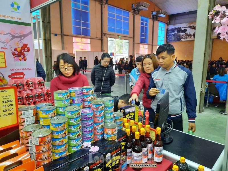 cong nhan lao dong hao huc mua sam trong phien cho nghia tinh