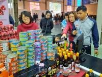Công nhân lao động háo hức mua sắm trong phiên chợ nghĩa tình