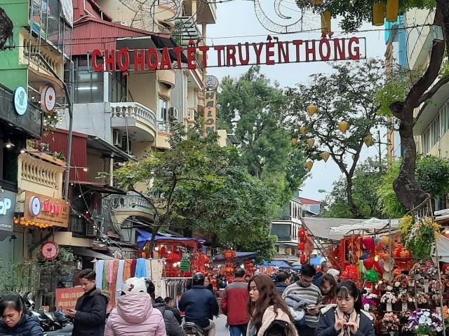Nồng nàn vị Tết ở chợ hoa họp mỗi năm một lần ngay tại Thủ đô