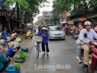 Họp chợ ven đường, mất an toàn giao thông