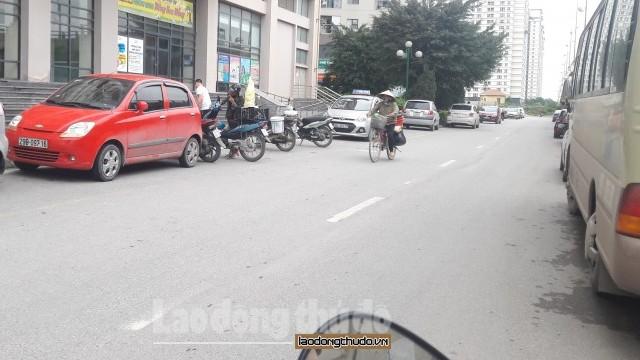 Đỗ xe tràn lan dưới lòng đường quanh các khu chung cư