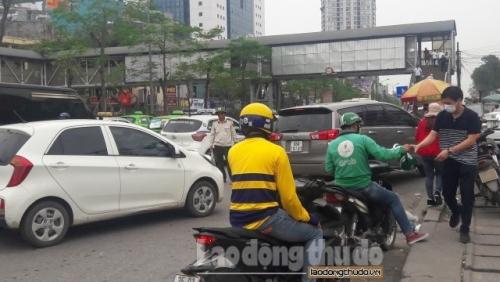 Lộn xộn, ùn tắc trước cổng bệnh viện Bạch Mai
