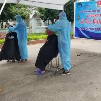 Cắt tóc tình nguyện ở vùng cách ly thôn Hạ Lôi
