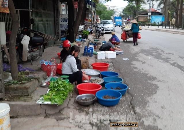 Huyện Chương Mỹ: Họp chợ lấn chiếm vỉa hè, lòng đường
