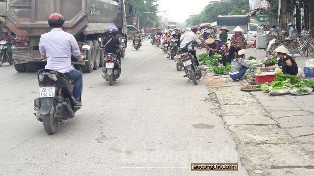 Họp chợ ven đường lấn chiếm đường quốc lộ 6