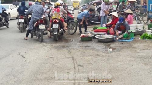 Kỳ 1: Tràn lan vi phạm chợ cóc họp lấn chiếm đường trên Quốc lộ 6