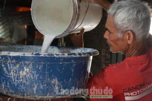 Người dân làng bánh đa nem nhọc nhằn mưu sinh giữ nghề truyền thống