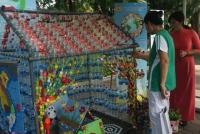 Độc đáo dùng nhựa tái chế làm đồ chơi cho trẻ