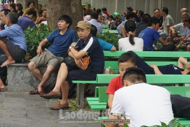 Nắng nóng cao điểm, người dân chuẩn bị đi khám bệnh từ 4 giờ sáng