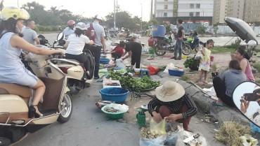 Họp chợ dưới lòng đường, tiềm ẩn nguy cơ mất an toàn giao thông