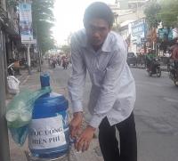 Ấm lòng những bình nước mát miễn phí giữa Thủ đô