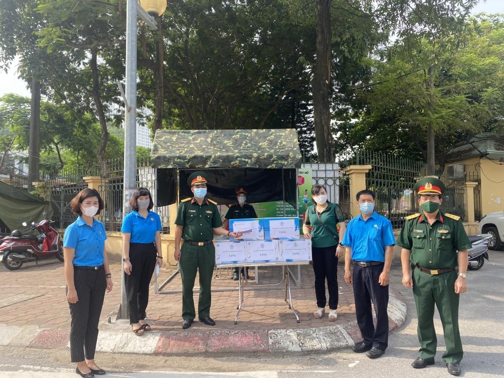 Liên đoàn Lao động quận Tây Hồ thăm, tặng quà tuyến đầu chống dịch