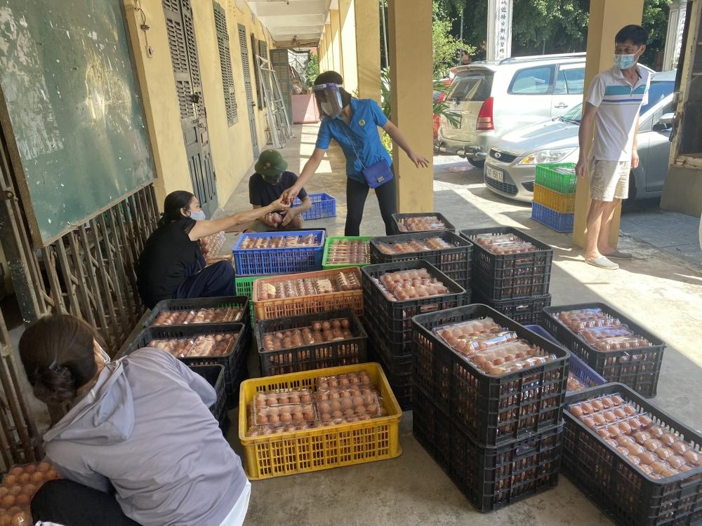 Các cấp công đoàn quận Tây Hồ chung tay tiêu thụ nông sản giúp nông dân huyện Ứng Hòa