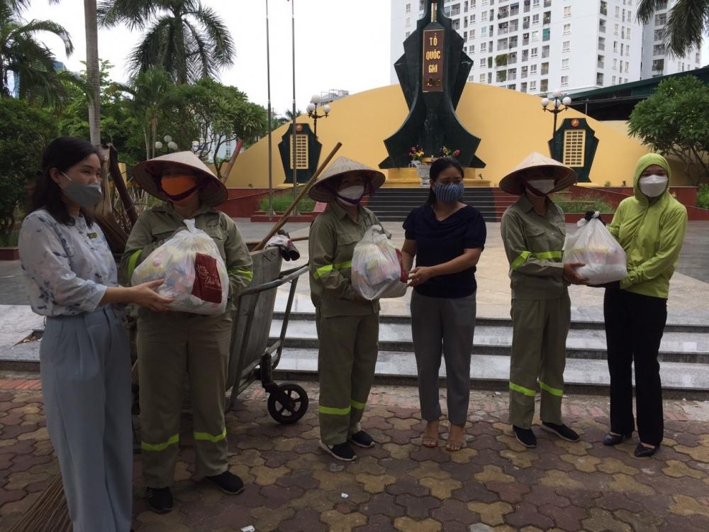 Phụ nữ Tây Hồ trao quà cho các nữ công nhân môi trường