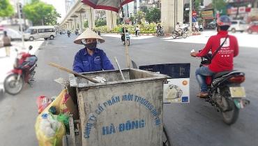 Muôn nỗi vất vả của công nhân thu gom rác tại phố phường Hà Nội