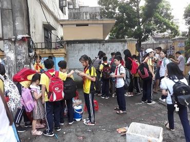 Nhếch nhác đường phố từ đồ ăn vặt quanh cổng trường