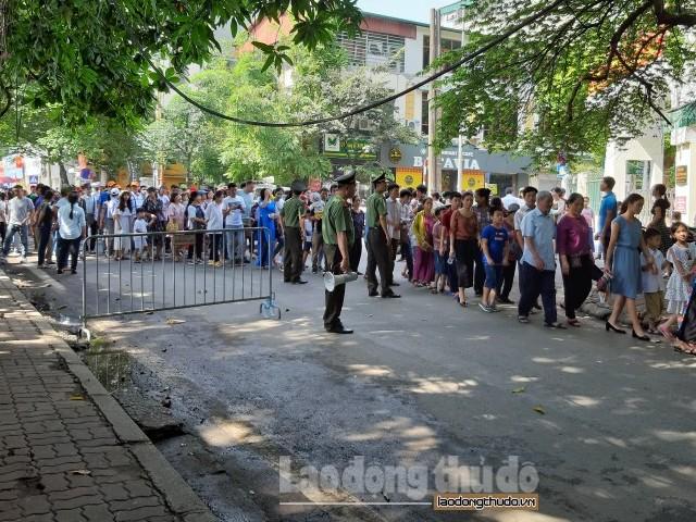 Dòng người xếp hàng vào lăng viếng Chủ tịch Hồ Chí Minh