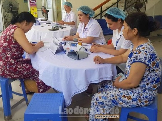Hơn 900 người dân được kiểm tra sức khỏe