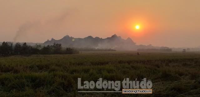 Khói đốt rơm rạ bủa vây ngoại thành Hà Nội