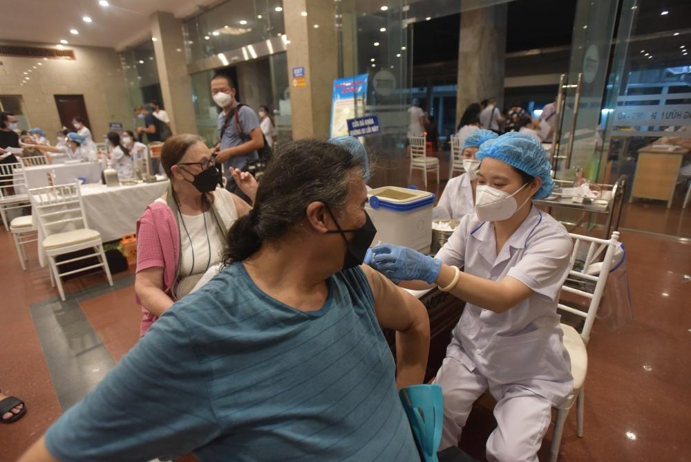 Công dân nước ngoài sinh sống, làm việc tại Hà Nội phấn khởi khi được tiêm vắc xin phòng Covid-19
