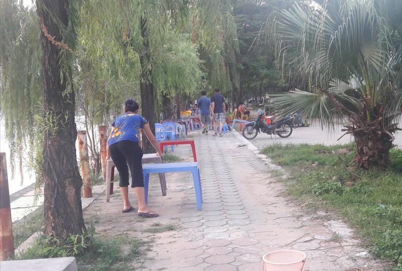 Hàng quán chiếm dụng đường dạo ven hồ Văn Quán