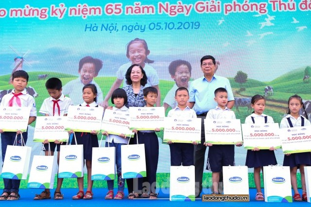 Hơn 60.000 cây xanh và 119.000 ly sữa Vinamilk dành tặng cho trẻ em Hà Nội