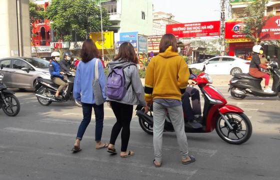 Người đi bộ phải mạo hiểm để sang đường