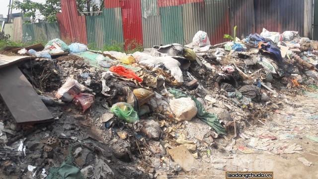 Rác thải chất đống gây ô nhiễm tại con ngõ giữa Thủ đô Hà Nội