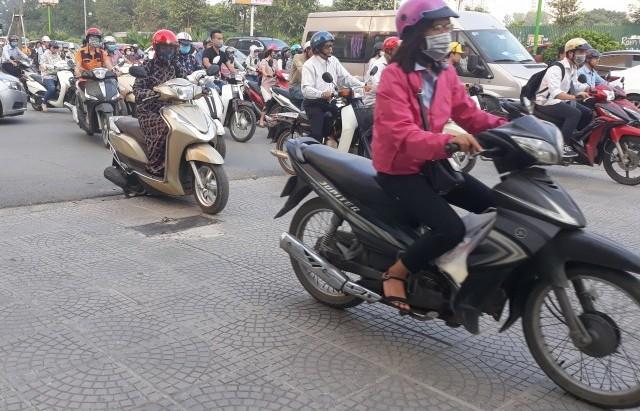 Thiếu tính tự giác, người dân vẫn vô tư đi xe trên vỉa hè
