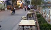 Bất cập chiếm dụng vỉa hè ven hồ Văn Quán để kinh doanh