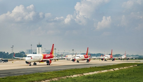 Vietjet trao chiếc máy bay vàng 1kg cho khách hàng may mắn ngày đầu năm