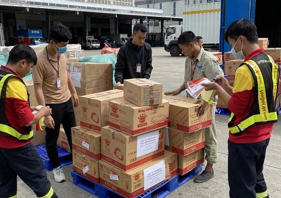 Nhân viên Vietjet làm việc xuyên đêm để giao hàng cứu trợ đến sớm với người dân