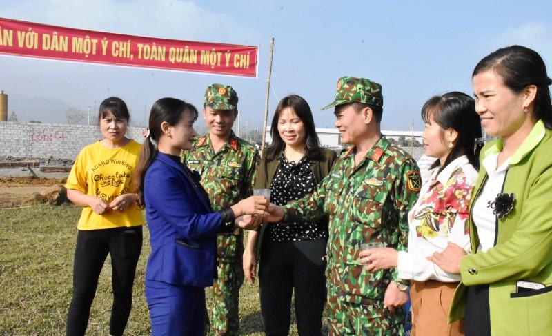 Người dân ủng hộ bộ đội xây dựng tường rào bảo vệ sân bay Miếu Môn