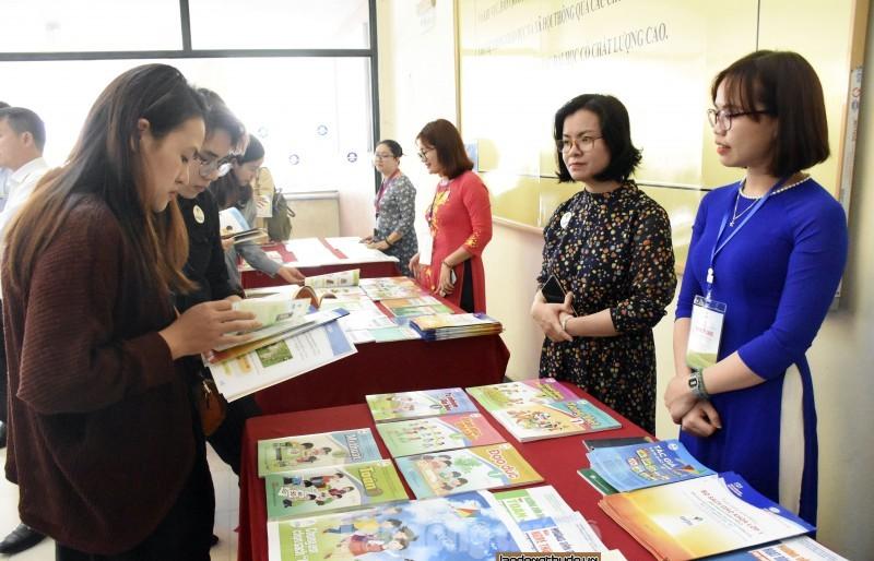 Mỗi cơ sở giáo dục thành lập một Hội đồng để lựa chọn sách giáo khoa