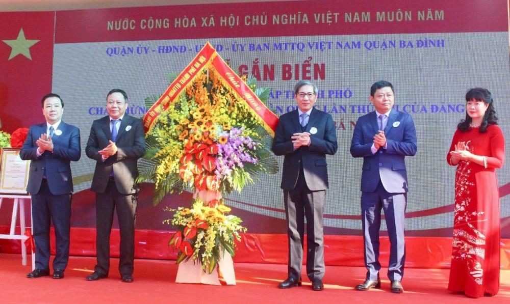 Gắn biển hai công trình chào mừng Đại hội đại biểu toàn quốc lần thứ XIII của Đảng