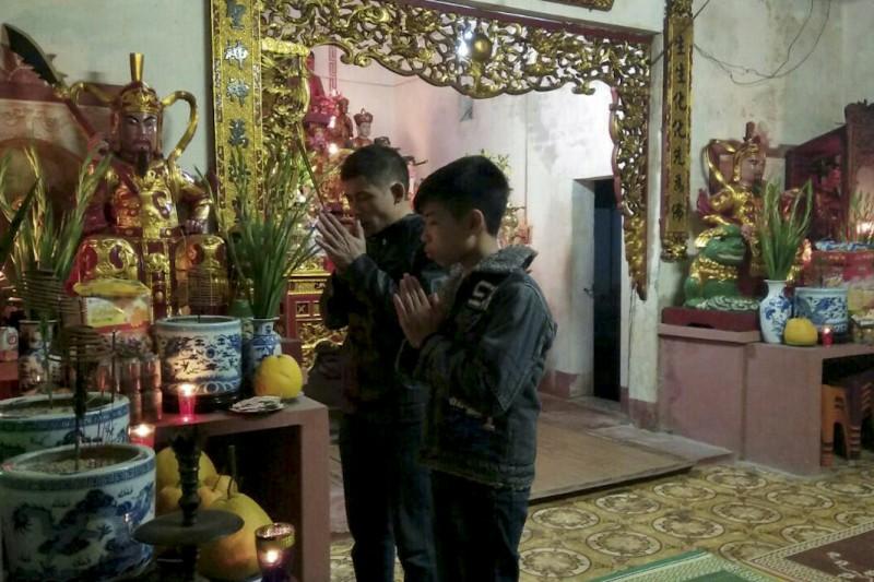 Người dân nô nức đi lễ chùa, cầu nguyện một năm mới tốt lành