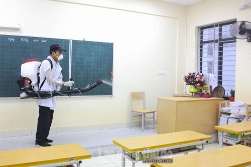Trường học Hà Nội phun thuốc khử trùng phòng virus Corona
