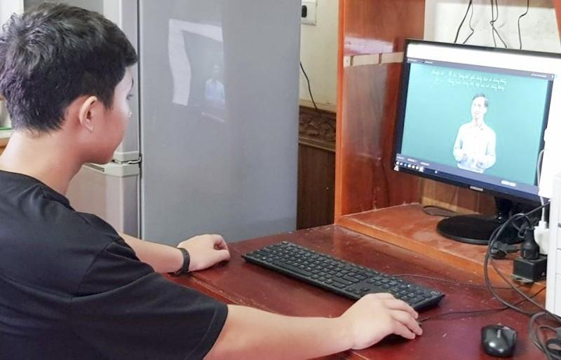 Hơn 100.000 học sinh đăng kí học trực tuyến tại nhà