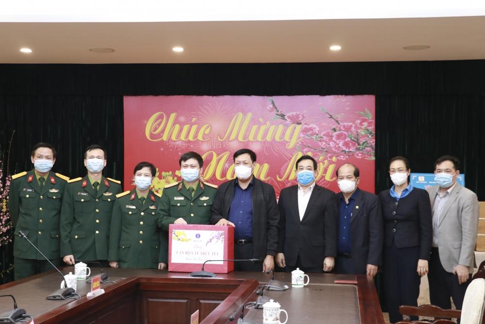 Thăm, kiểm tra, tặng quà các chiến sĩ quân y trực Tết Nguyên đán và tham gia chống dịch Covid-19
