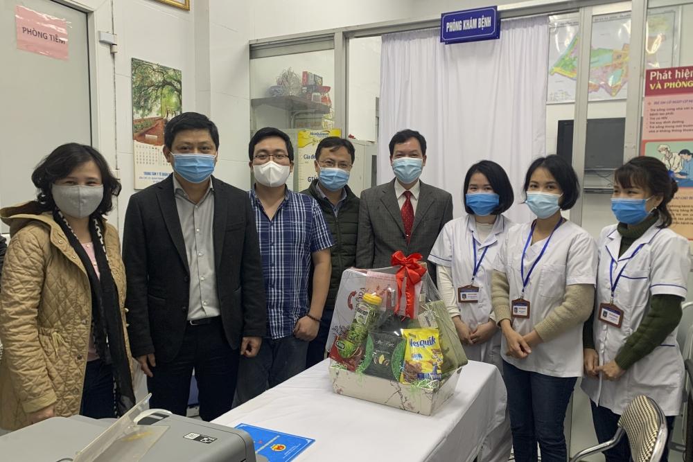 Lãnh đạo quận Ba Đình tới thăm, chúc Tết cán bộ y bác sĩ tại trạm y tế phường Ngọc Khánh